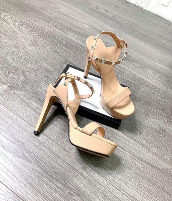 Giày gót cao đinh tán